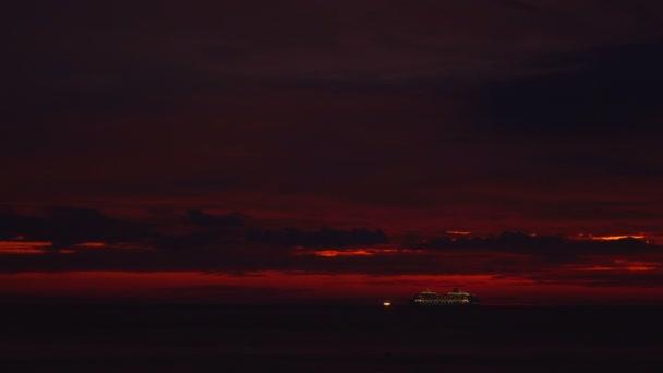 Velké výletní lodi v krásném západu slunce před montáží velké bouři Pabuk Karon Beach Phuket