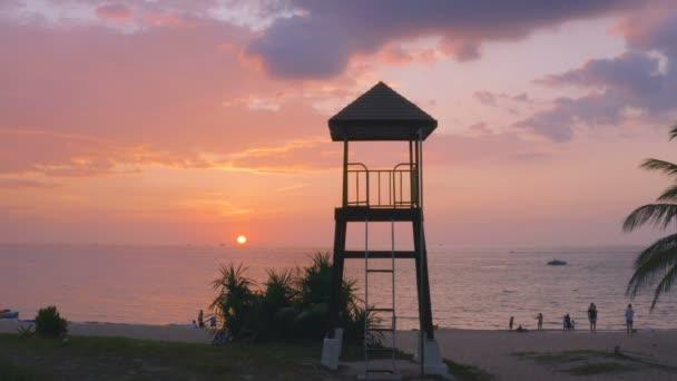 Luftaufnahme Sonnenuntergang bei karon beach.karon Strand ist ein Strand ist breit und lang. Sand und schöner Strand zum Schwimmen geeignet und als Trainingstauch.Karon Strand haben viele Arten von Wassersport