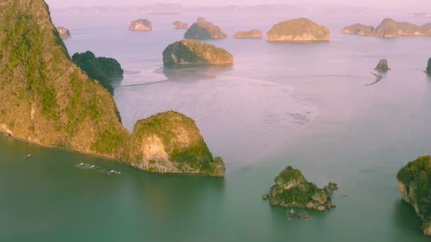 letecká fotografie Baan Hinrom ostrov uprostřed Samed Nangshe souostroví v Phang Nga, Thajsko