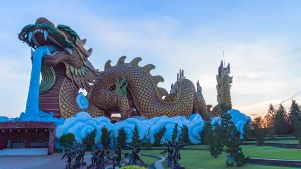časový úsvit v muzeu Dragon potomků v Suphanburi. velký zlatý drak je slavný orientační bod ve městě Suphanburi, který může vidět od cílových turistů, jako je návštěva muzea,