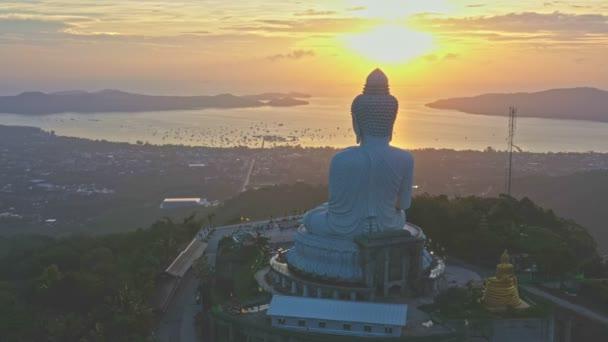 letecká fotografická scenérie východ slunce na Phuket velký Buddha. Phuket Velký Buddha je jedním z nejdůležitějších a nejuctívanějších památek na ostrově Phuket.
