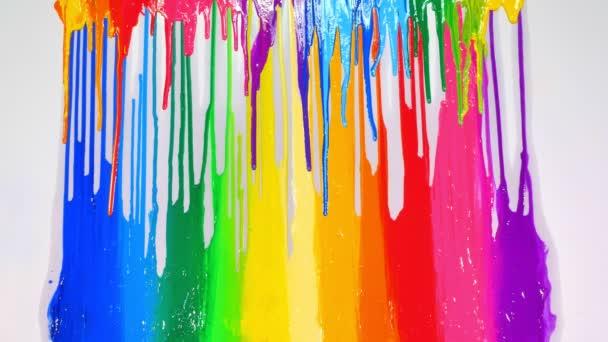 Sok szín csöpög lassan a színpad szivárványszíneire..