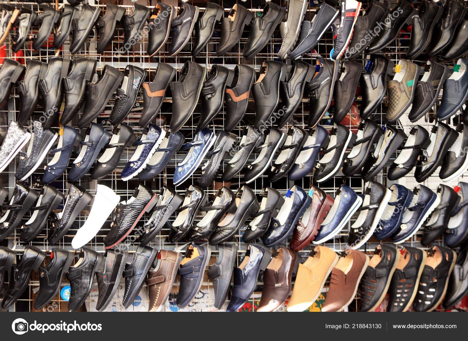 1316eddd542 Vitrine Chaussure Rack Beaucoup Chaussures Vendre Marché Rue — Photo ...