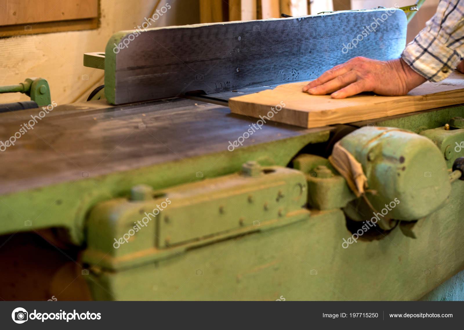 Menuisier outils sur une table en bois avec de la sciure scie circulaire couper une planche en - Couper bois avec meuleuse ...