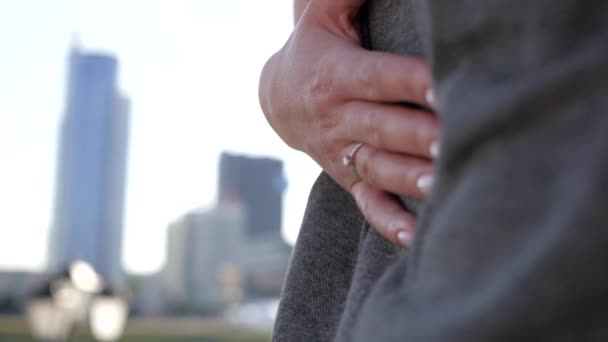 Szerelmesek kapaszkodva, néztem a lenyugvó nap. A lány barátja ölelést. Shes visel egy eljegyzési gyűrűt a ujját.