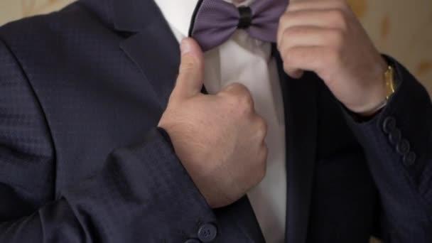 A vőlegény kiegyenesedik nyakkendő íj.