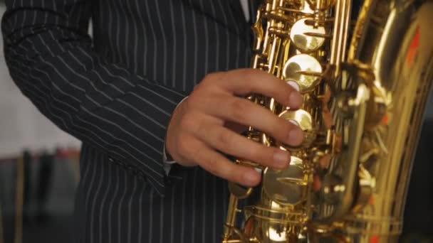 Szaxofonos játszik a szaxofon
