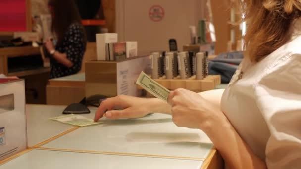 der Käufer zahlt den Einkauf im Geschäft