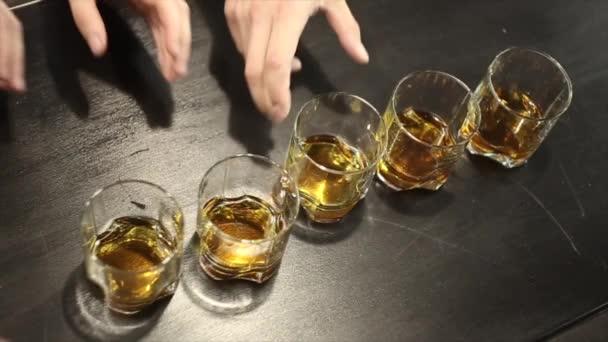 Fünf Freunde trinken ein Glas Whisky