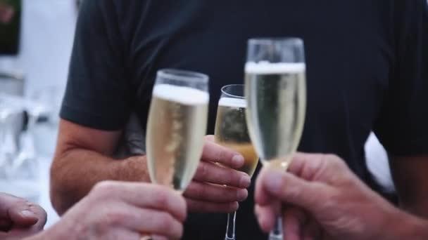 Skupina lidí, opékání a popíjeli šampaňské