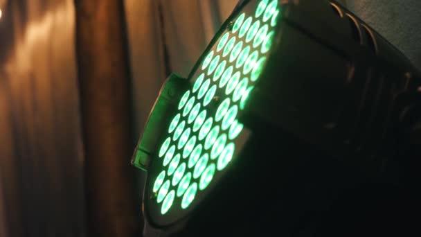 Barevné žárovky ve svítidle na diskotéce