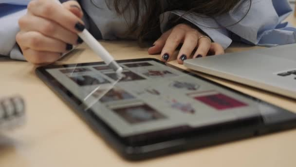 Die Unternehmerin benutzt ein Tablet.