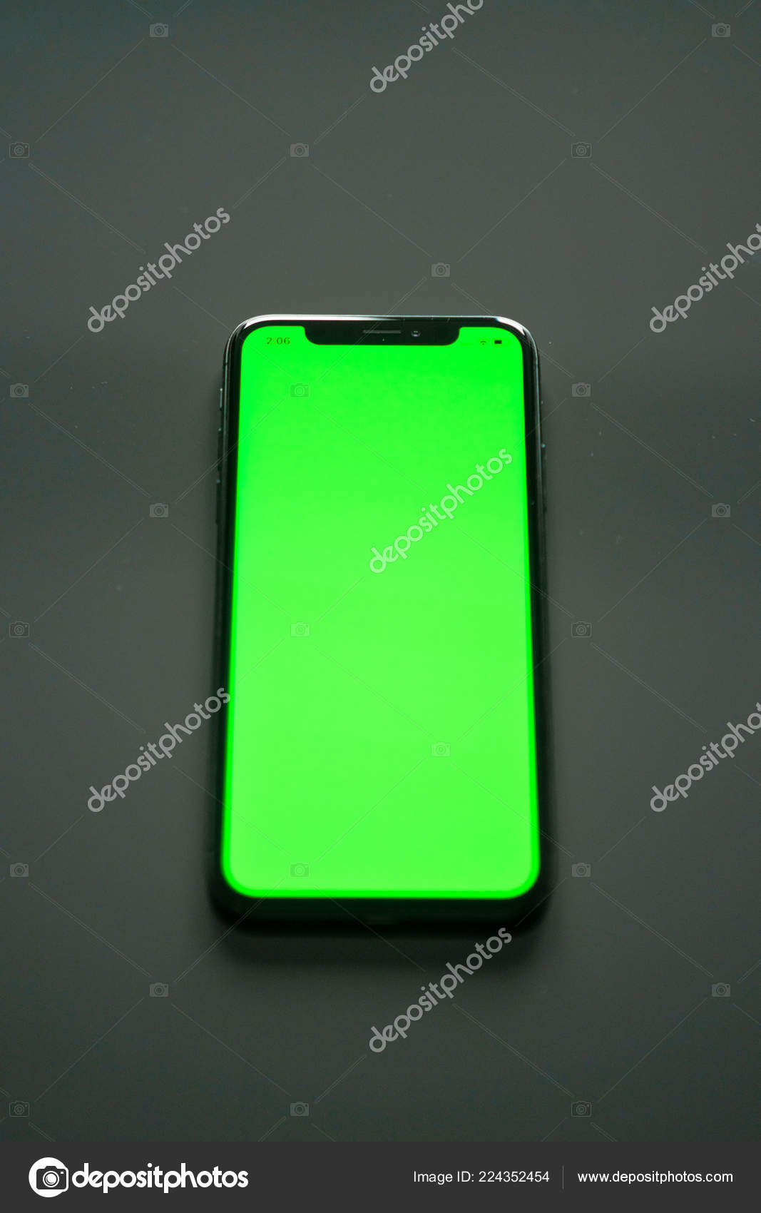 Iphone Schermo Verde Uno Sfondo Grigio Foto Stock Dobryv 224352454