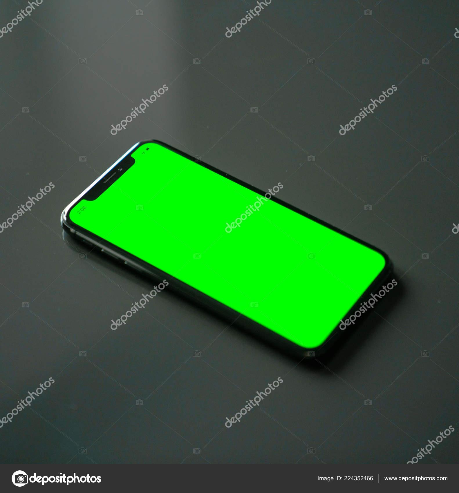 Iphone Schermo Verde Uno Sfondo Grigio Foto Stock Dobryv 224352466