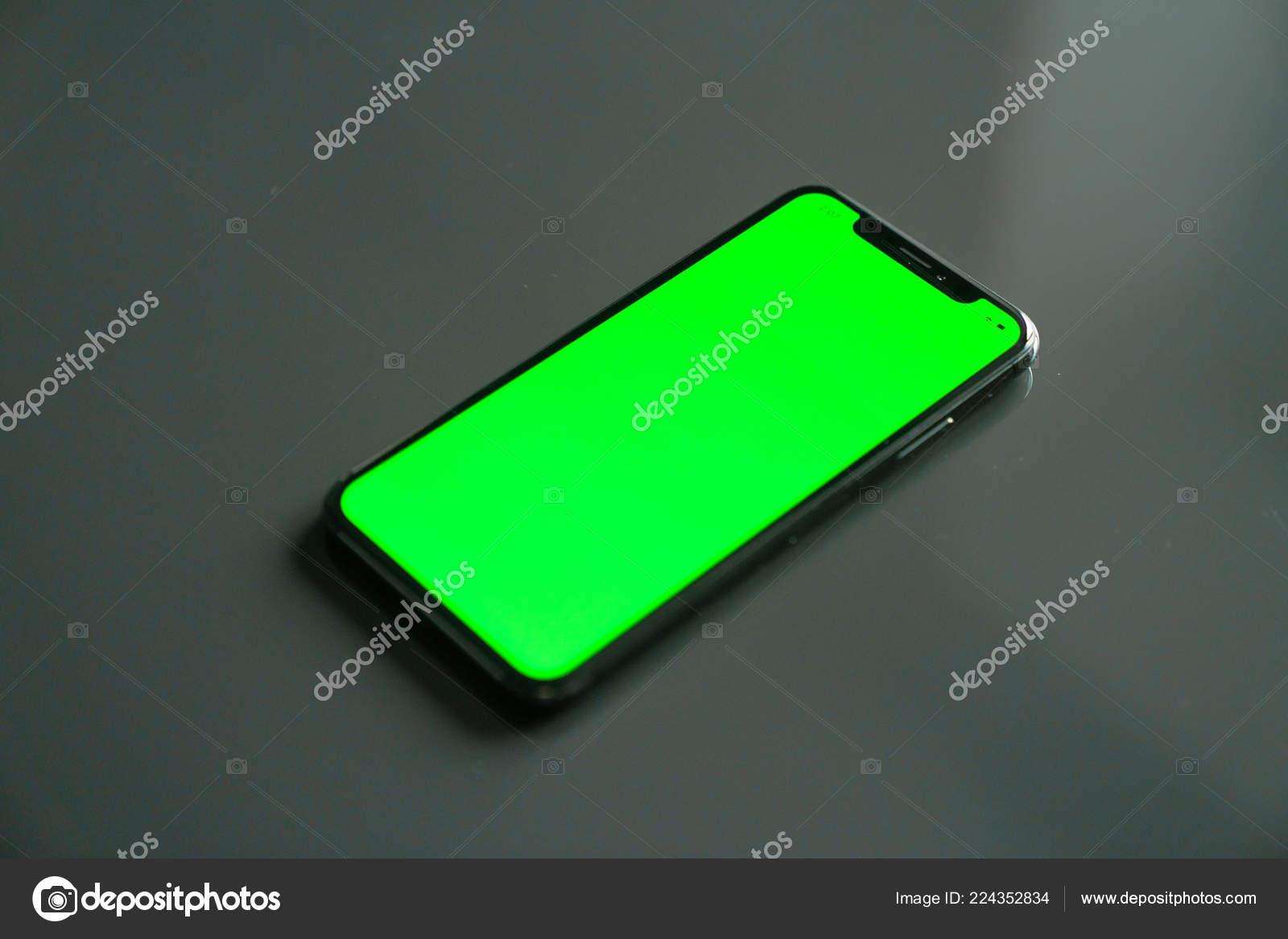 Iphone Schermo Verde Uno Sfondo Grigio Foto Stock Dobryv 224352834