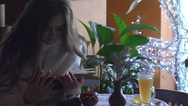 lány olvasás könyv-kávézó