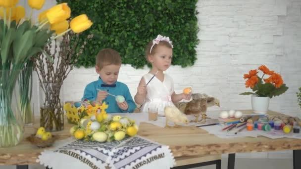 4k gyerekek Paint húsvéti tojást otthon.