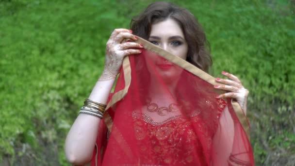 Indisches Model im luxuriösen Sari-Kleid im Park