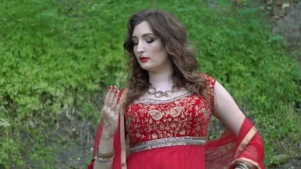 Kaukasische Frau tanzt im indischen Stil
