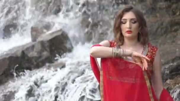 Kaukasische Frau tanzen im indischen Stil