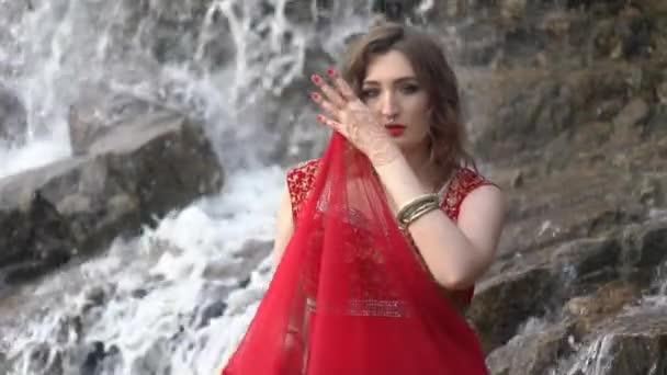 Schönes Mädchen in der indischen Kleid Sari, im freien.