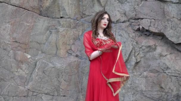 Indický model v luxusním sari šaty v parku