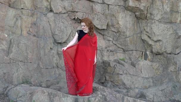 Luxus szárit az indiai modell ruhát a parkban