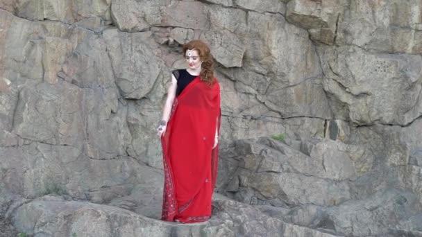 Krásná dívka v indické šaty sárí, venku.