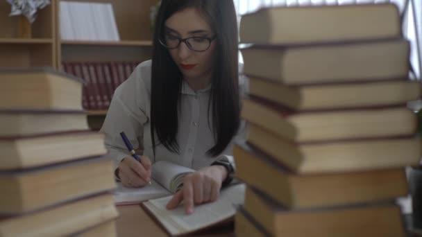 4k College Girl tanulmány a könyvtárban