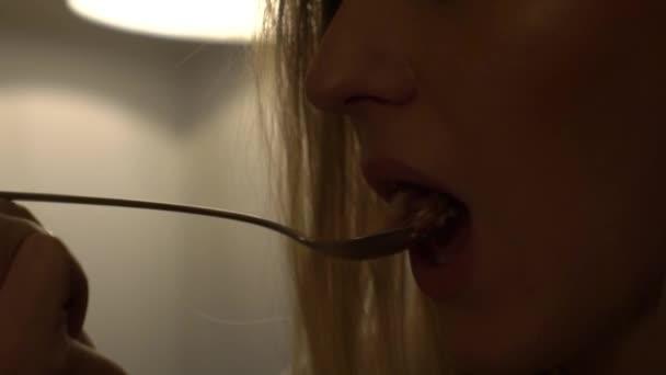 Zeitlupe junge schöne Frau isst ein Dessert