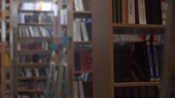 4k knihovna regál s policí