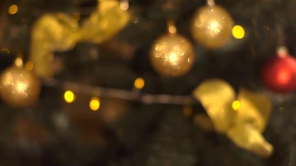 Vánoční jedle zdobené novoroční ples.