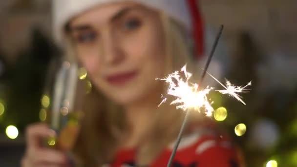 4k junge Frau mit Sektgläsern und Wunderkerze