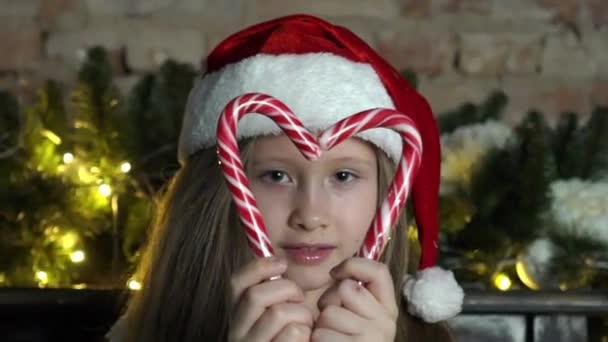 fröhliches kleines Mädchen im Weihnachtskostüm.