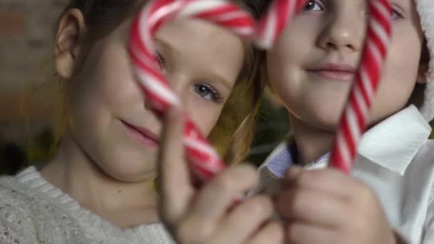 Pár se srdcem vánoční cukroví hole.