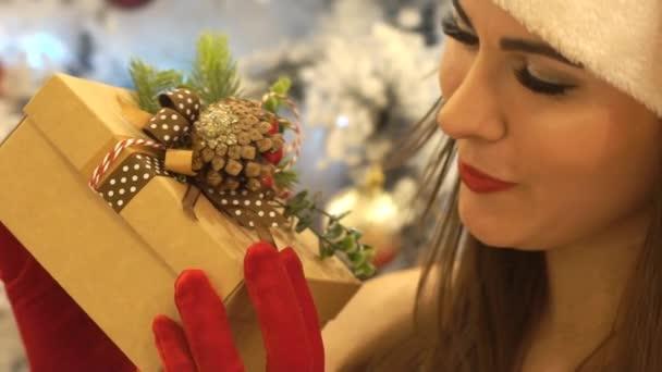 Dívka v Sněžné dívčí maškarní kostým má dar v ruce