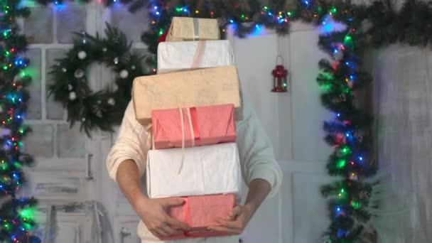 karácsonyi santa hat ember tartsa a jelen box, kandalló.