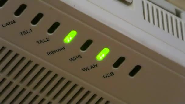 grüne LED-Lichter blinken auf Router. Internet und lokale Netzwerkverbindung. Nahaufnahme elektronischer Geräte.