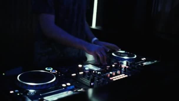 DJ a konzol mixek zene egy éjszakai táncklub.