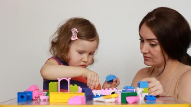 Matka a dívka dítě zaměstaní stavěním konstruktor