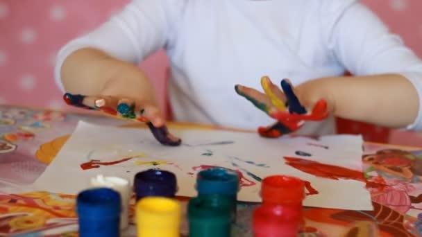 Lustiges Kind Malt Seine Hände Mit Farbe Baby Künstler Kleines Mädchen Zieht Kunst