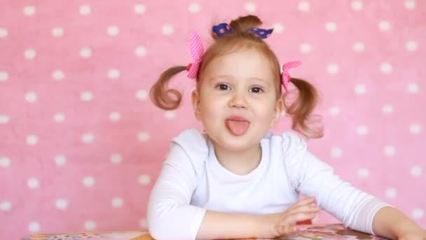 Funny girl dítě ukazuje, jazyk, úsměv a smích