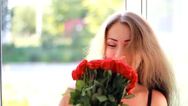 Fiatal nő kap egy csokor vörös rózsa. Születésnapi. Ünnepe. Ajándék