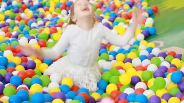 Kind Mädchen spielen auf dem Spielplatz mit bunten Luftballons