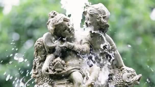 Fontána se dvěma anděly v parku s rozostřením