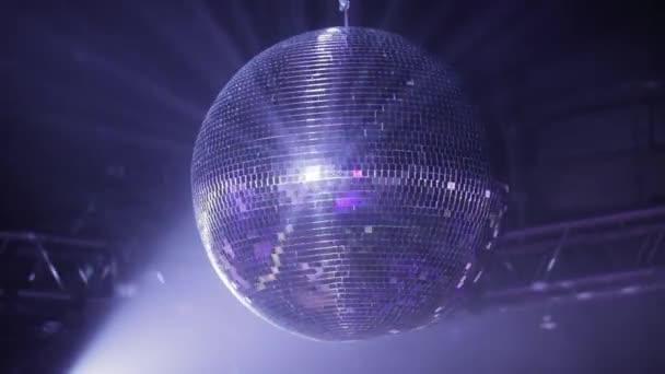 Tükör disco labdát a partin. Forog, ami tükrözi a napsugarak a reflektorok fénye.