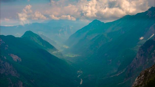 Pohled z vrcholu hory v údolí a krajina se rychle pohybující mraky, Logarska údolí, Slovinsko od Kamnisko sedlo