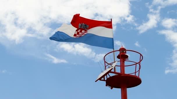 Maják, světelný majáček stožár s vlajkou v denním světle, pomalý pohyb 4 x