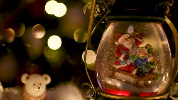 Weihnachts-Szene, Weihnachtsmann mit Kind auf einem Schlitten im Snow dome