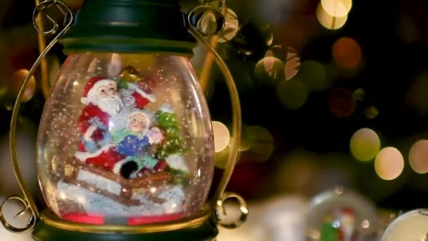 Weihnachts-Szene, Weihnachtsmann mit Kind auf einem Schlitten im Schnee Dome mit Rentiere, Eisbären und Schneemänner Kuppeln und Kerzen, beleuchtete Weihnachtsbaum im Hintergrund, selektiven Fokus